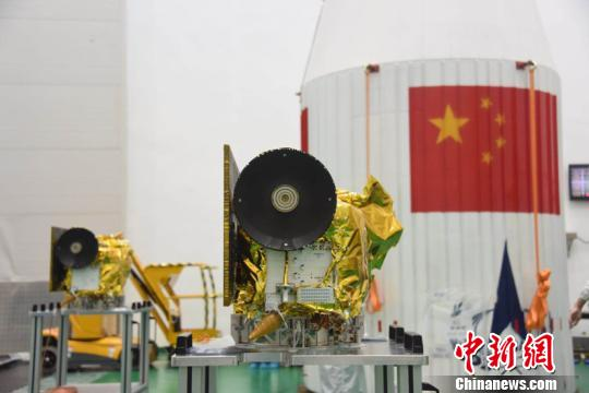 Los satélites Longjiang antes del lanzamiento junto con el Queqiao en un Larga Marcha CZ-4D (Xinhua).
