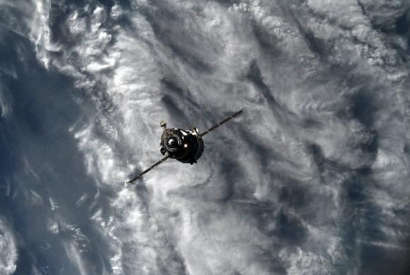 La Soyuz MS-07 alejándose de la ISS (Roscosmos).