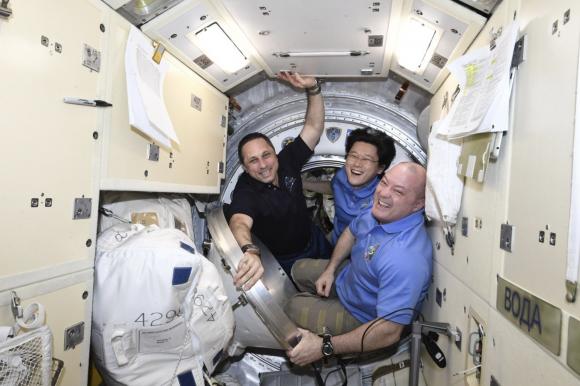 La tripulación de la Soyuz MS-07 antes de cerrar la escotilla del BO de la Soyuz (NASA).