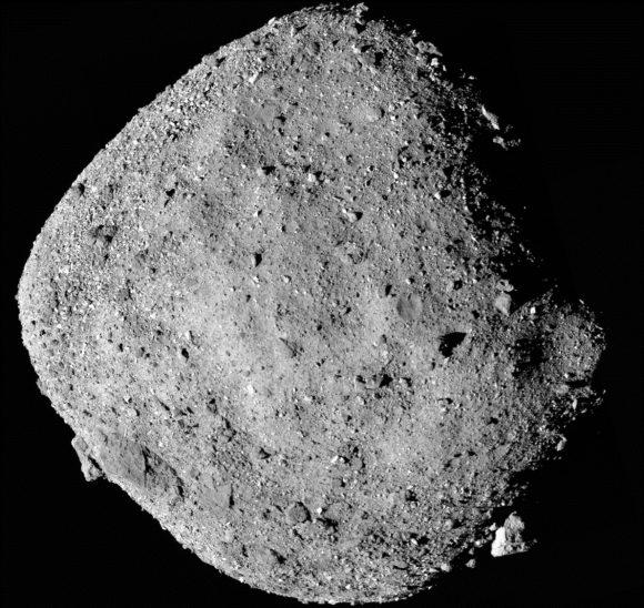 Bennu, el pequeño asteroide cercano que «escupe» rocas