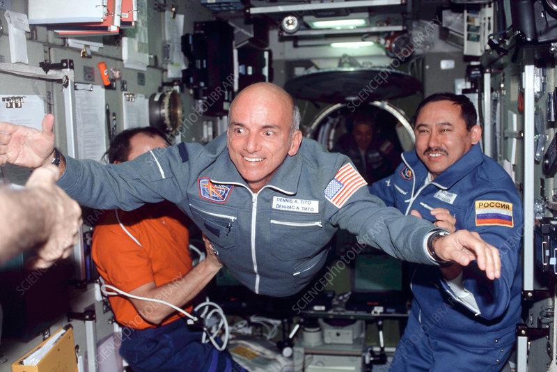 Aunque Inspiration4 no es la primera misión que lleva turistas al espacio, será la primera cuya tripulación esté compuesta en su totalidad por personal civil.  En la imagen puede observarse a Dennis Tito, el primer turista espacial de la historia.