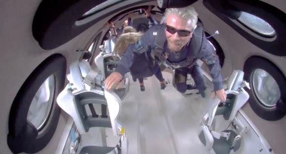 El magnate Richard Branson vuela en la SpaceShipTwo