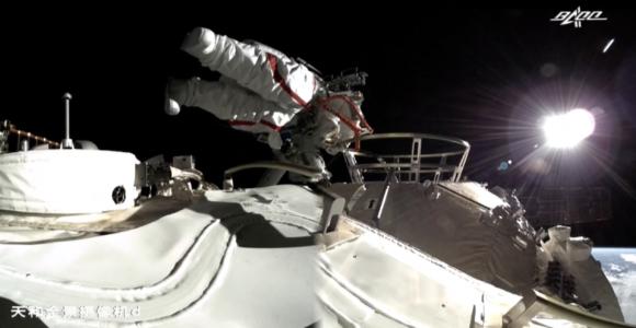Primer paseo espacial desde la estación espacial china